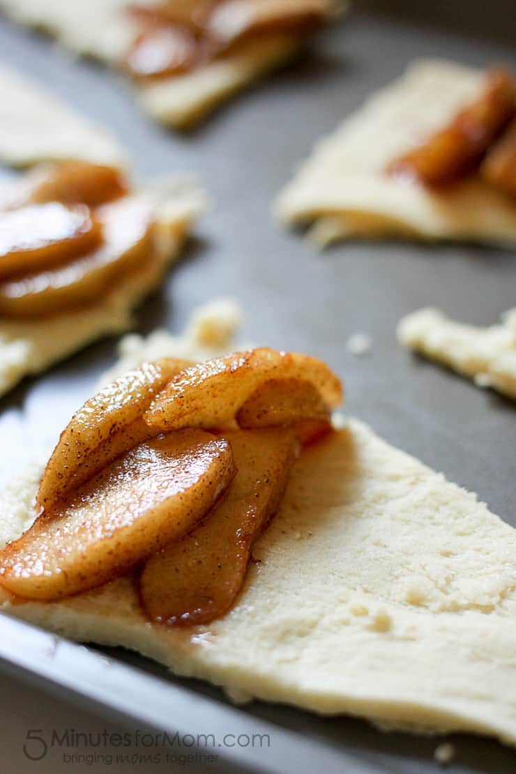 Delicious and Easy Apple Pie Crescent Rolls with Cinnamon Icing, LOVE these fall flavors!