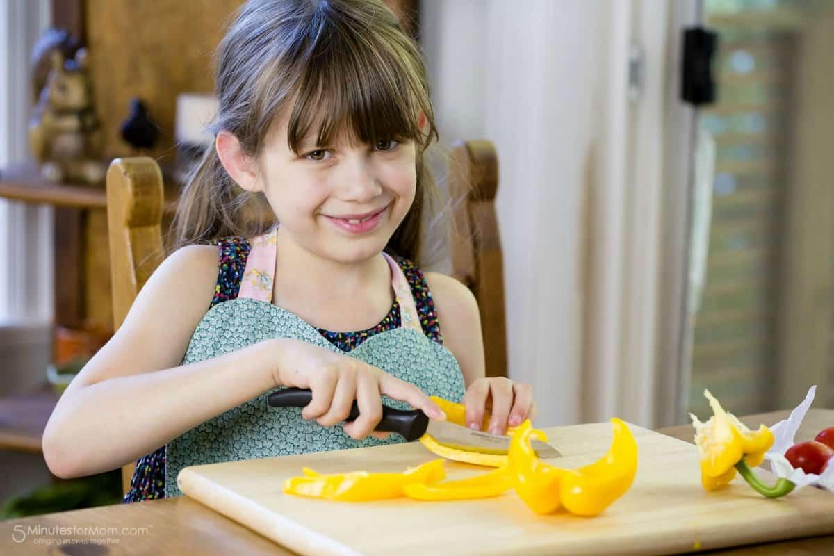 Vaikai padeda gaminti vakarienę
