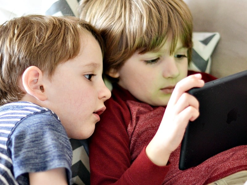 brothers playing with homer reading app