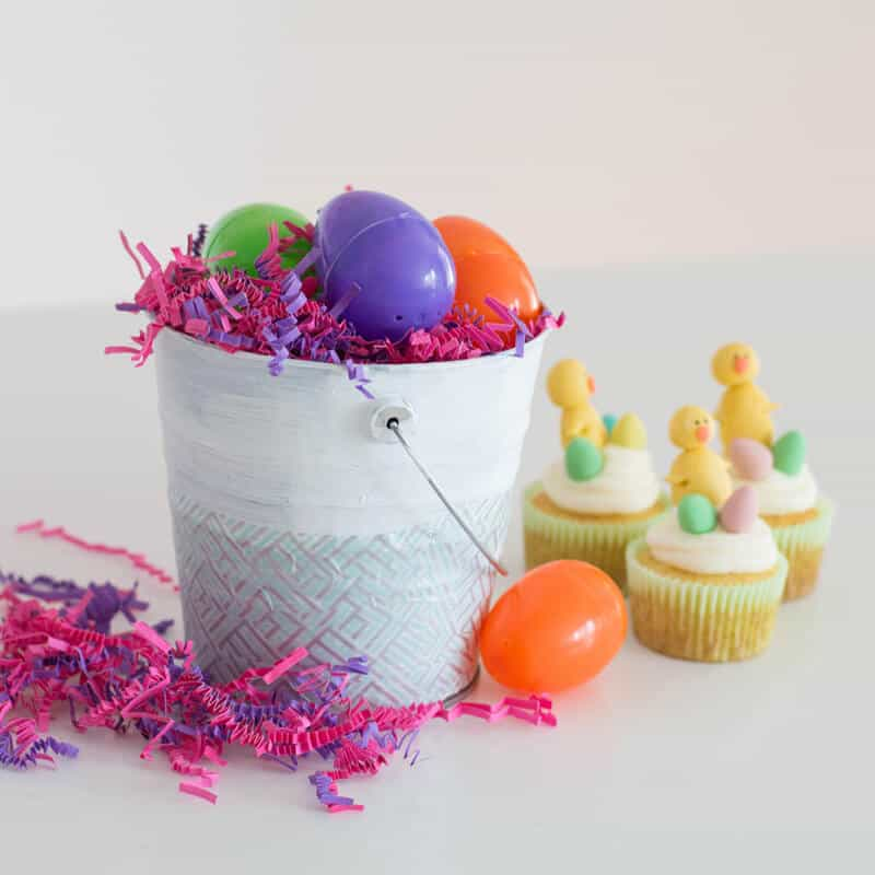 Easy Easter Centerpiece made up of low-cost crafting items.